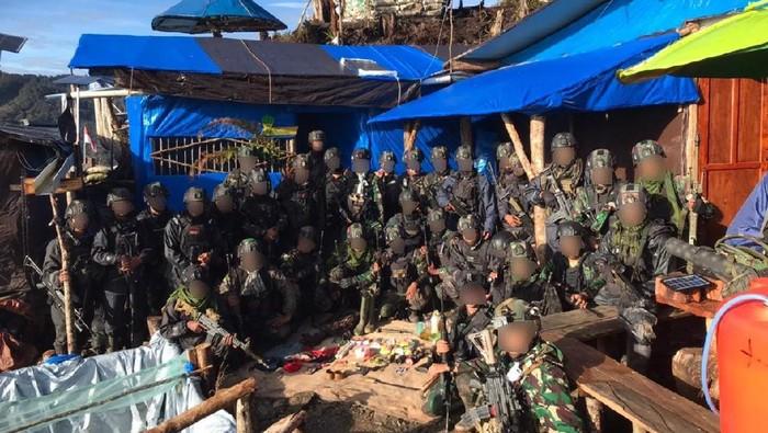 Satgas Pamtas Mobile Yonif Para Raider 501/BY menyita pistol hingga kapak diduga milik KKB saat mengintai sebuah honai di Intan Jaya. (situs Kostrad)