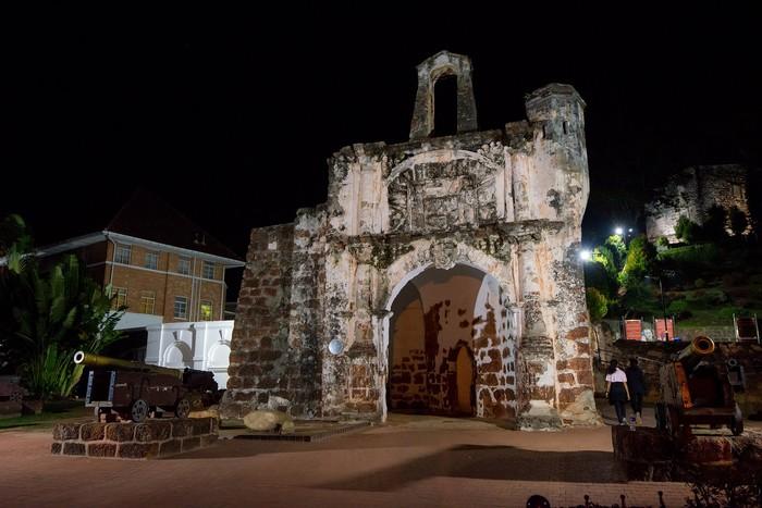 Sisa gerbang Benteng A Famosa, benteng pertahanan Portugis di Malaka. Benteng ini dibangun tahun 1511 oleh 1.500 budak dan dihancurkan tahun 1807.