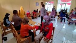 Vaksinasi COVID-19 massal gencar dilakukan di Kabupaten Ciamis. Kali ini vaksinasi COVID-19 sasar santri dan masyarakat di kawasan Cijeungjing, Kabupaten Ciamis
