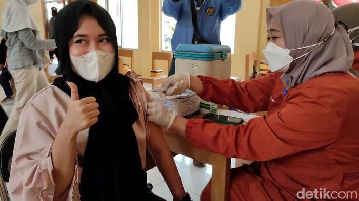 Kabupaten Ciamis gencar melakukan vaksinasi COVID-19 massal untuk warganya. Kali ini vaksinasi COVID-19 itu sasar santri dan masyarakat di kawasan Cijeungjing.
