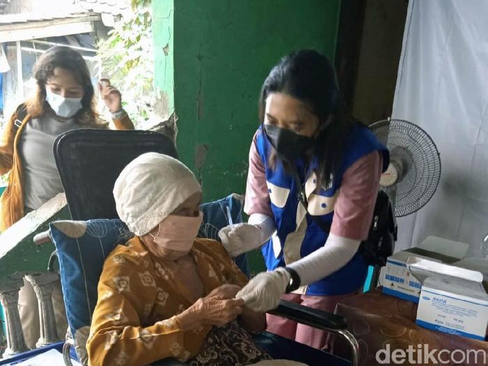 Vaksinasi door to door dilakukan di Kabupaten Karawang. Para relawan menghampiri warga untuk disuntik vaksin, dari Lansia hingga disabilitas.