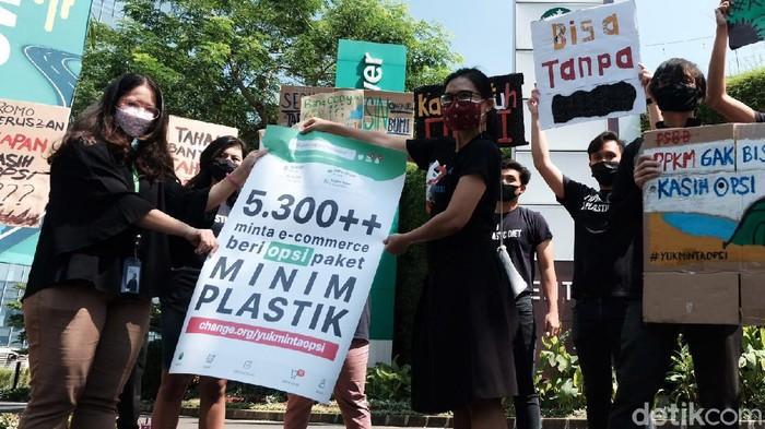 Massa menggelar aksi damai menolak penggunaan plastik sekali pakai di depan gedung salah satu perusahaan e-commerce. Aksi ini bertepatan dengan pesta diskon 9 September atau 9.9.