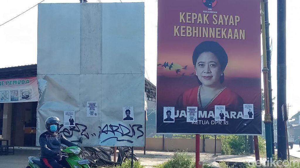 Baliho Puan Ditempel Selebaran Dipaksa Sehat di Negara Sakit
