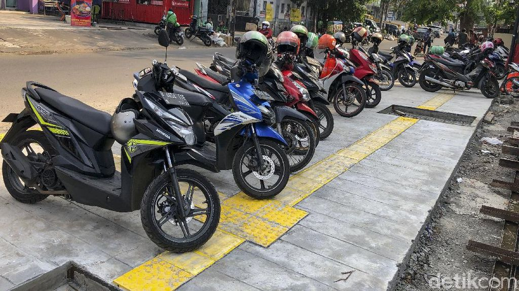 Baru Saja Rampung, Trotoar Tebet Langsung Jadi Parkiran