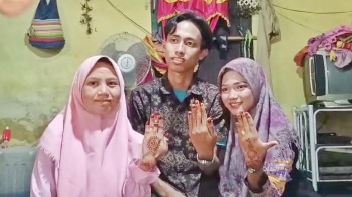 Seorang pria di Empat Lawang, Sumsel, mendadak viral di medsos. Pria perjaka itu viral karena menikahi dua gadis skaligus Linda (20 dan Vivin (19) di waktu yang sama.