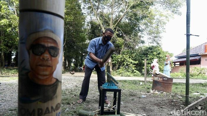 Hendri Aswan (46), sedang membuat tusuk sate dari bambu di Desa Tanjung Malang, Kecamatan Tanjung Agung, Kabupaten Muara Enim, Sumatera Selatan. Sebelum banting setir mengolah bambu, Hendri merupakan seorang penambang ilegal.