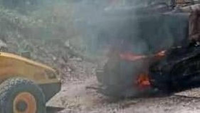 Ekskavator milik PT Wika yang tengah mengerjakan proyek Trans Papua di Pegunungan Bintang dibakar (Foto: Istimewa)