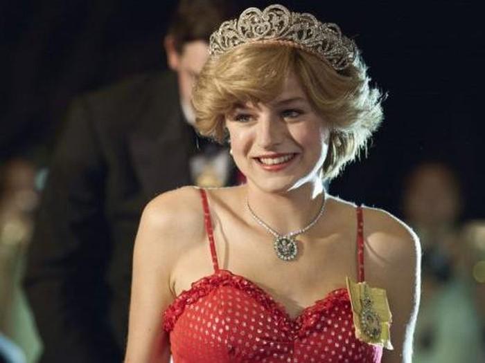 Emma Corrin sebagai Putri Diana.
