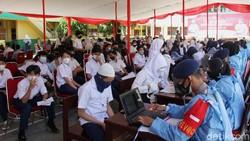 Kegiatan vaksinasi digelar atas kerja sama TNI dan Polri juga Dinas Kesehatan serta Dinas Pendidikan Kota Depok. Target sasaran kali ini mencapai 5.000 pelajar.