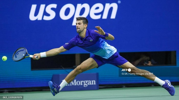 NEW YORK, NEW YORK - SEPTEMBER 08: Novak Djokovic of Serbia returns the ball against Matteo Berrettini of Italy during his Mens Singles quarterfinal match on Day Ten of the 2021 US Open at the USTA Billie Jean King National Tennis Center on September 08, 2021 in the Flushing neighborhood of the Queens borough of New York City.   Elsa/Getty Images/AFP (Photo by ELSA / GETTY IMAGES NORTH AMERICA / Getty Images via AFP)