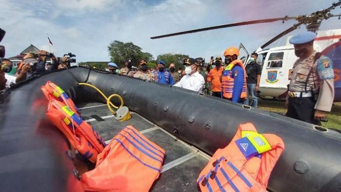 Gubernur Kalteng Sugianto Sabran melihat sarana prasarana penanganan banjir di Palangka Raya, Kamis (9/9/2021). (ANTARA/Muhammad Arif Hidayat)