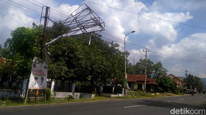 Sebuah papan reklame yang terbuat dari besi nyaris rubuh di Jalan Kayuguritan-Karanganyar, masuk wilayah Kecamatan Karanganyar, Kabupaten Pekalongan.