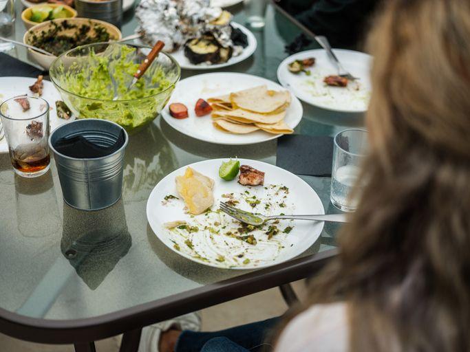 Hukum Soal Membuang Makanan karena Sudah Kenyang