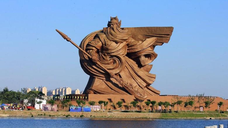 Patung Guan Yu setinggi 58 meter yang terletak di Hubei, Tiongkok, terpaksa dibongkar karena mengalami keretakan.