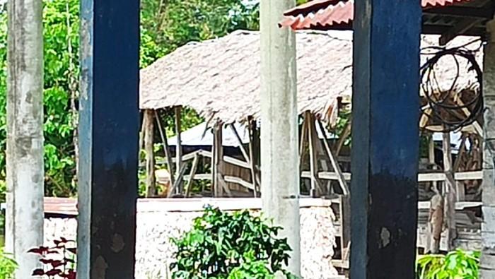 Jembatan berbayar yang menghubungkan Desa Salujambu dan Lawewe, Luwu Utara, Sulsel, Kamis (9/9/2021).