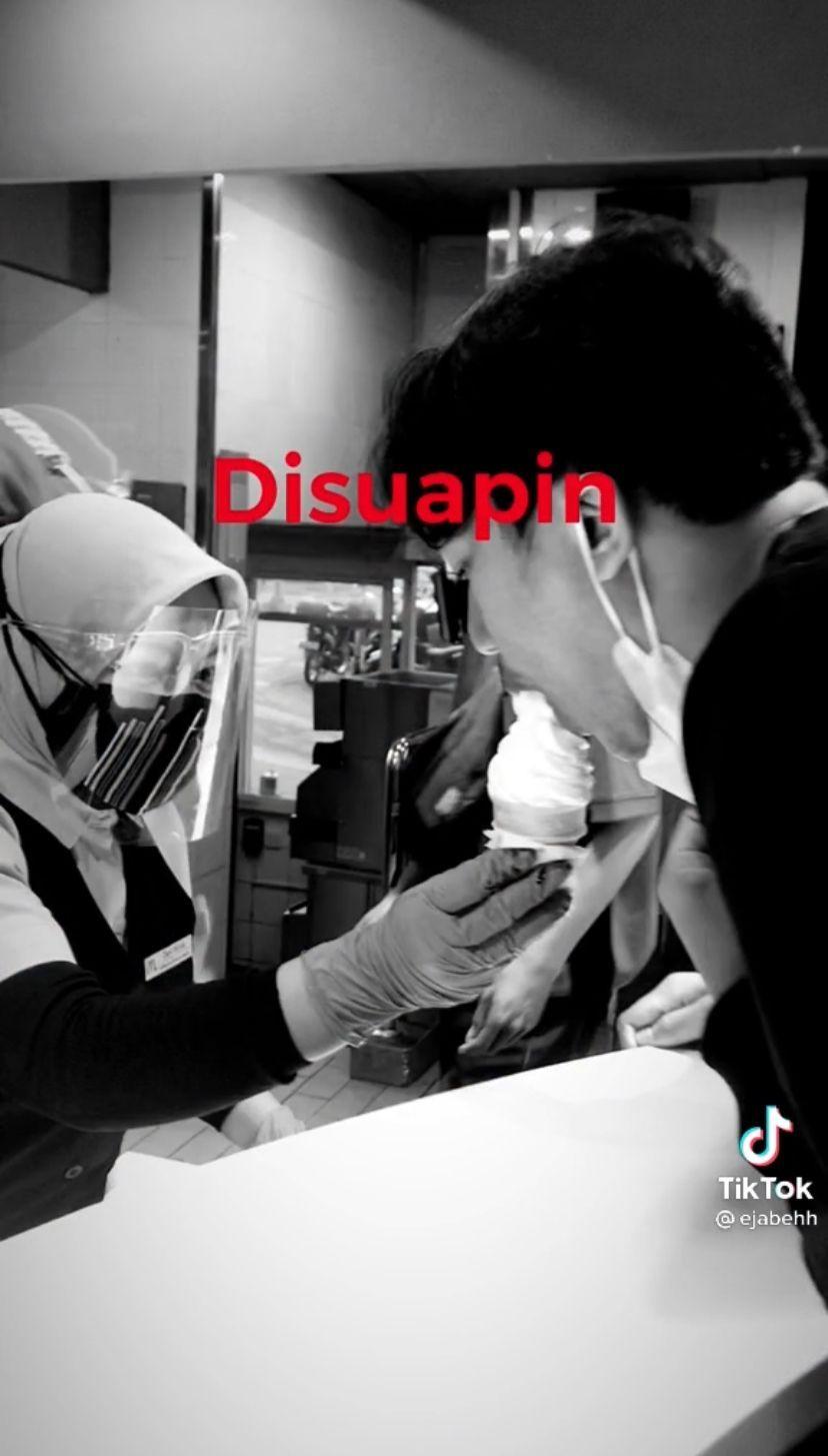 Jomblo Akut! Aksi Pria Ini Beli Es Krim Bikin Netizen Terhibur