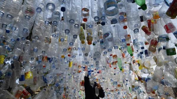 Uniknya sampah plastik yang disusun menjadi daya tarik pengunjung yang datang.