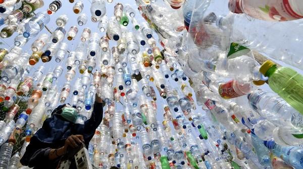 Menurut data Badan Pusat Statistik (BPS), sampah plastik di Indonesia mencapai 64 juta ton per tahun. Sebanyak 3,2 juta ton di antaranya merupakan sampah plastik yang dibuang ke laut.