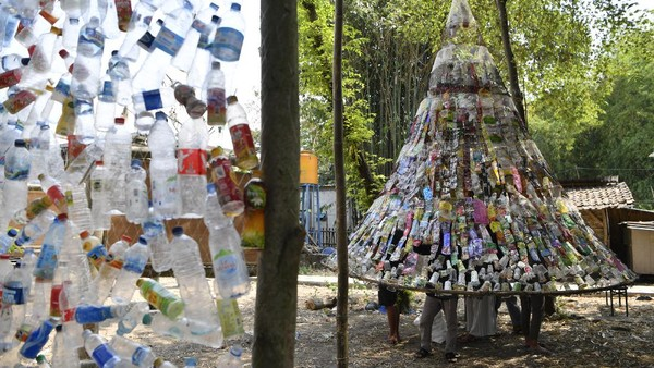 Relawan mengaitkan botol plastik bekas saat pembuatan instalasi Museum Plastik di Ecological Observation and Wetlands Conservation (Ecoton) di Gresik, Jawa Timur, Kamis (9/9/2021).