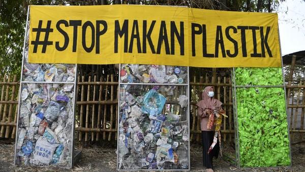 Dampaknya yaitu polusi di Indonesia akan semakin meningkat dan kualitas lingkungan hidup menjadi terancam. Menurut Asosiasi Pengusaha Ritel Indonesia (Aprindo), 100 gerai anggota Aprindo selama setahun menghasilkan 10,95 juta lembar sampah kantong plastik atau setara dengan 65,7 Ha kantong plastik.