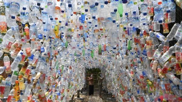 Museum Plastik yang berbahan plastik bekas ini merupakan hasil pungutan di sejumlah sungai di Surabaya.
