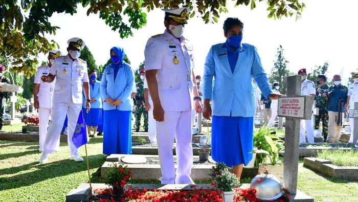 Kepala Staf Angkatan Laut (KSAL), Laksamana TNI Yudo Margono bersama sang istri yang merupakan Ketua Umum Jalasenastri, Vero Yudo Margono ziarah ke Taman Makam Pahlawan (TMP) Kalibata, Jakarta Selatan (Jaksel).
