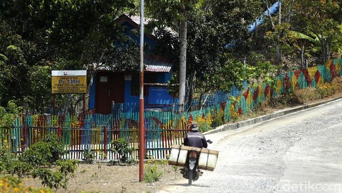 Desa Pelakat merupakan salah satu desa terpencil di Sumatera Selatan. Untuk menerangi desanya, warga memanfaatkan Pembangkit Listrik Tenaga Mikro Hidro (PLTMH).