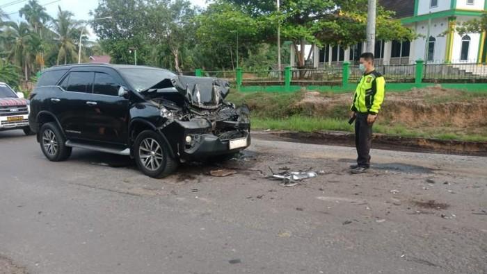 Mobil yang membawa Bupati Merangin Mashuri mengalami kecelakaan di jalan lintas Sumatera. Mashuri dilarikan ke RS untuk mendapat perawatan. (ANTARA/HO)