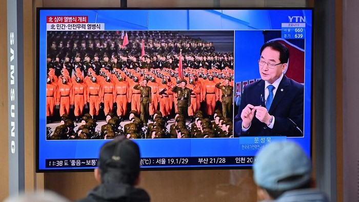 People watch a news program reporting on a parade marking the 73rd anniversary of the founding of North Korea held in Pyongyang, at a railway station in Seoul on September 9, 2021. (Photo by Jung Yeon-je / AFP)
