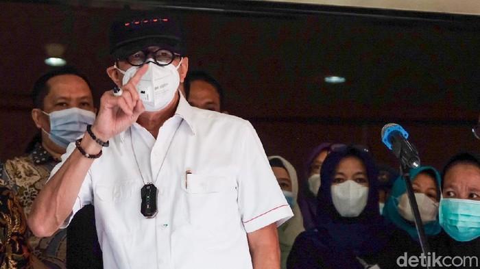 Menggunakan kemeja putih, Yasonna tiba di RSU Kabupaten Tangerang, Banten, Kamis (9/9/2021) pukul 13.30 WIB.