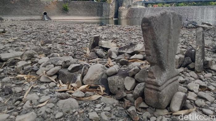Warga di sekitar Sungai Dengkeng, Klaten dikagetkan dengan munculnya dua gundukan menyerupai makam atau kuburan.