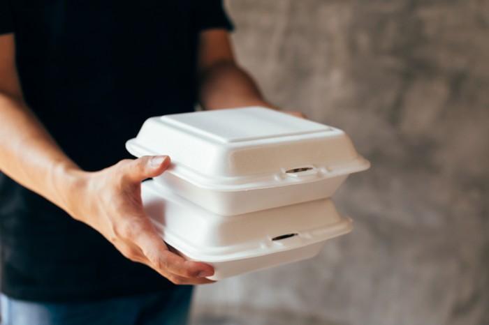 Ojol antar makanan dengan jarak lokasi di depan rumah