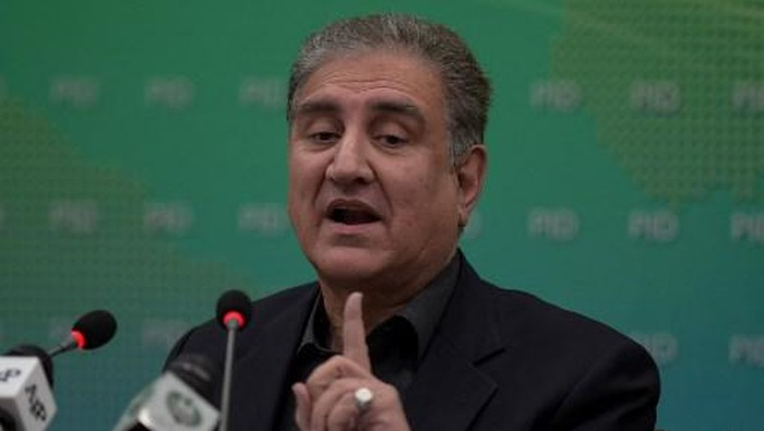 Pakistani Foreign Minister and vice President of ruling Pakistan Tehreek-e-InsafShah Mehmood Qureshi briefsmedia representatives in Islamabad on December 15, 2020, after oppositionannounced the march to Islamabad ro demand Prime Minister Imran Khans resignation. (Photo by Farooq NAEEM / AFP)