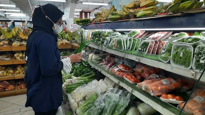 warga harus tunjukkan aplikasi pedulilindungi di supermarket