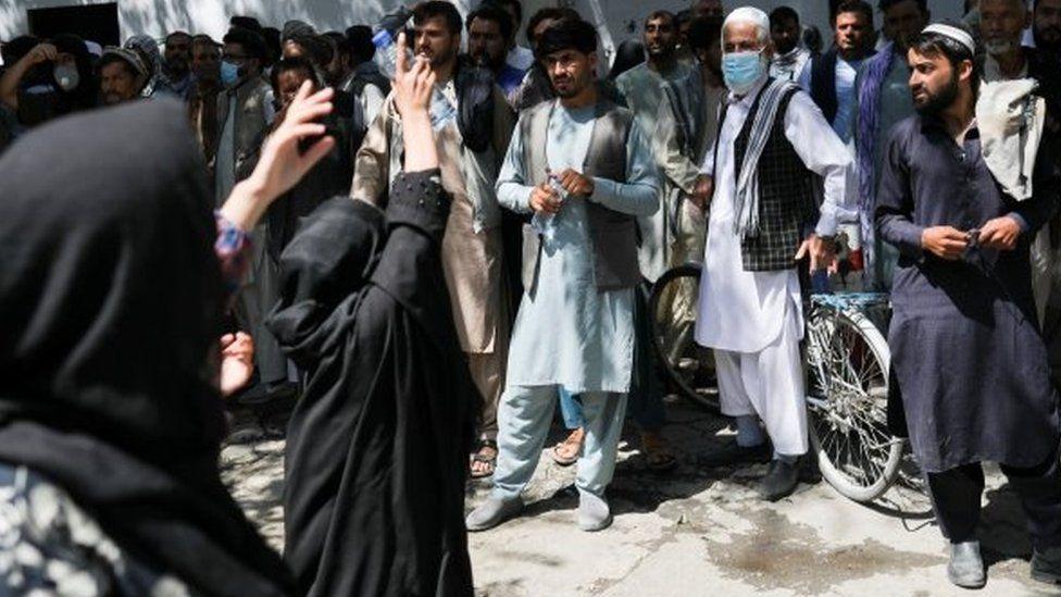 Perempuan di Afghanistan dipukuli Taliban karena berunjuk rasa menuntut hak - 'Saya akan terus bersuara, sampai mereka membunuh kami'