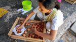 Mumet Harga Telur Anjlok Parah, Peternak Bagi-bagi Gratis