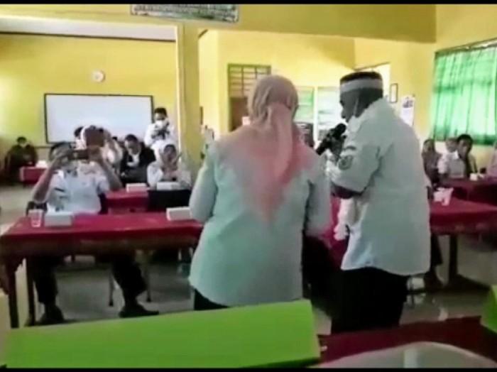 Video pria mirip Kepala Dinas Pendidikan dan Kebudayaan Bondowoso, Sugiono Eksanto bernyanyi dan joget dangdut. Yang bersangkutan disebut mengabaikan prokes.