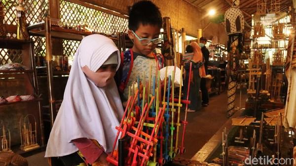 Pimpinan Saung Angklung Udjo Taufik Hidayat mengakui, selama ini kondisinya terpuruk karena pertunjukkan musik tradisionalnya mati total.