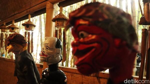 Deretan wayang golek koleksi Saung Angklung Udjo telah dibersihkan dan siap sambut wisatawan.