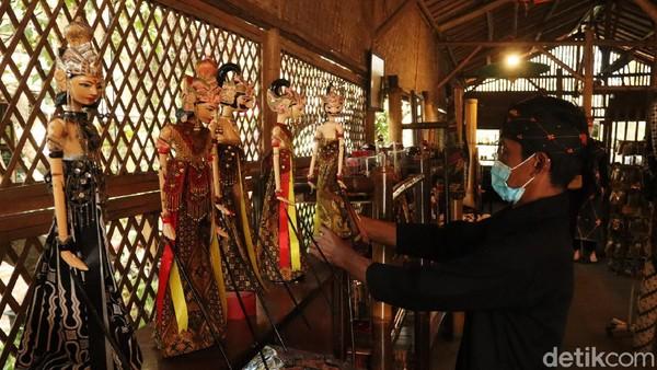Pihak pengelola merepikan dan membersihkan koleksi Saung Angklung Udjo.