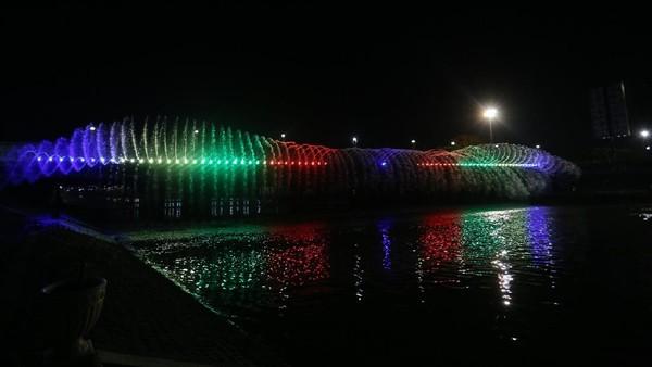 Semarang punya atraksi air mancur menari bernama Semarang Bridge Fountain. Air mancur tersebut berada di sisi kanan kiri Jembatan Banjir Kanal Barat Kota Semarang. Setelah sempat dipadamkan selama pandemi, air mancur cantik ini akan kembali menari. (dok. Pemkot Semarang)