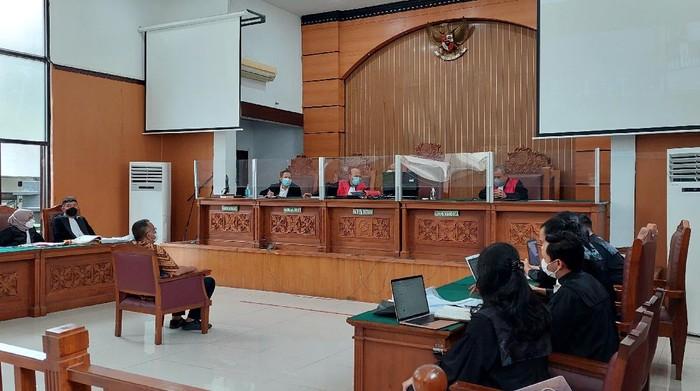 Sidang pemeriksaan terdakwa Jumhur Hidayat ditunda