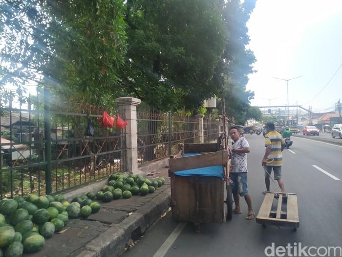 Trotoar depan Pasar Induk Kramat Jati, Jakarta Timur, 9 September 2021. (Athika Rahma/detikcom)