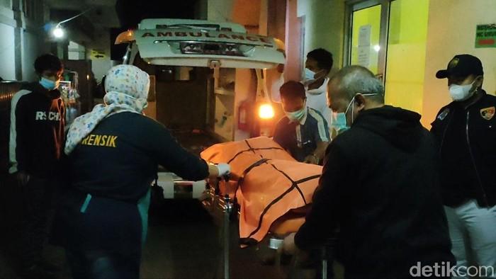 Seorang wanita inisial Mn (25) asal Garut tewas bersimbah darah di rumahnya. Belakangan diketahui, pelaku pembunuhan tak lain adalah suaminya sendiri. Peristiwa itu terjadi di Kampung Cibingbin, Desa Cirapuhan, Kecamatan Selaawi, Garut, Rabu (8/9/2021) sore.