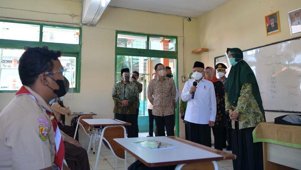 Maruf-Nadiem Tinjau Vaksinasi dan Belajar Tatap Muka di Bogor