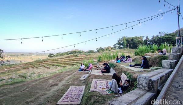 Satgas juga bertugas mengurai kerumunan baik di dalam kedai maupun area outdoor.(Jalu Rahman Dewantara /detikcom)