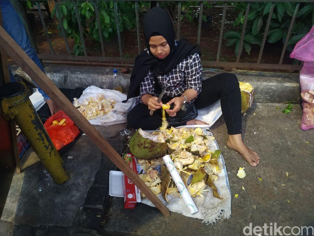 Yuni pedagang buah di trotoar depan Pasar Induk Kramat Jati, 9 September 2021. (Athika Rahma/detikcom)