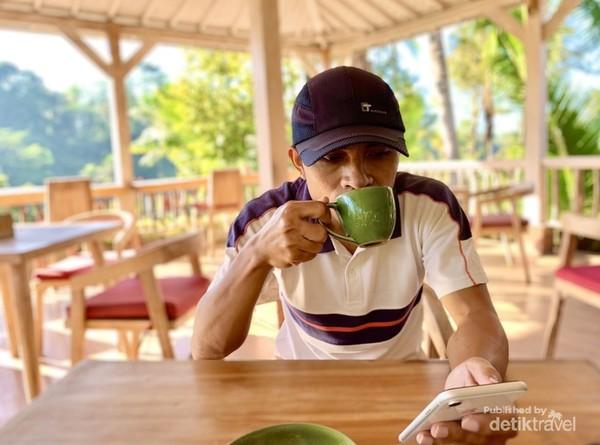 Nikmati kopi secangkir kopi Bali di Tegallalang.