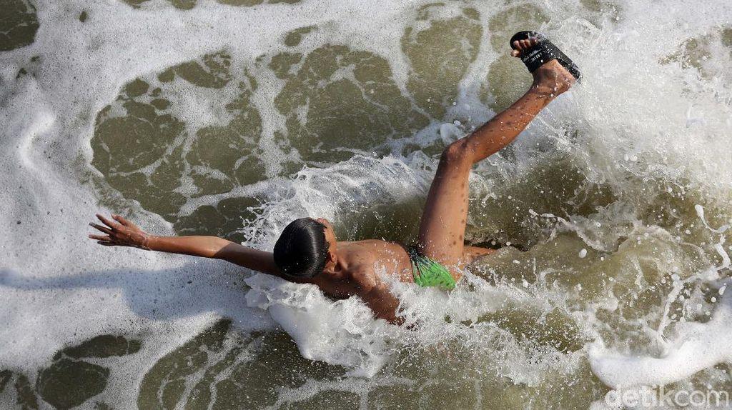 Air BKT Berbusa, Anak-anak Ini Cuek Berenang