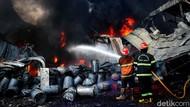 Aksi Petugas Damkar Jinakkan Api di Pabrik Karung yang Terbakar